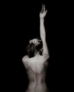 woman-naked-back-black-white-2