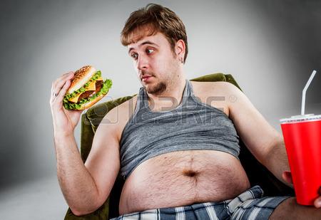 barbat mancand fast food